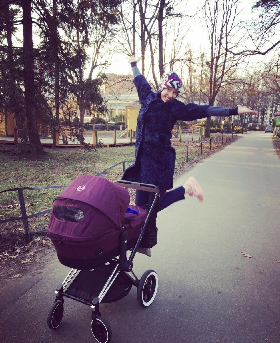 Супер-мама: Катя Осадчая готовит после работы на свой шикарной кухне