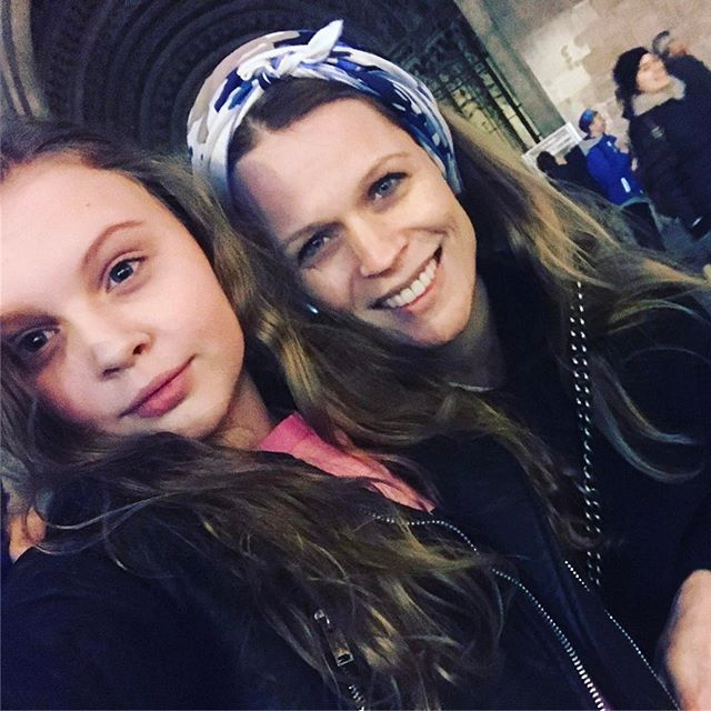 Фотофакт: Ольга Фреймут делает покупки в магазине с подросшим сыном