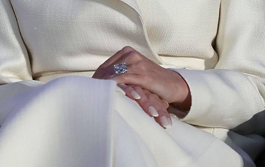Первый официальный портрет Мелании Трамп: много фотошопа и кольцо с 25-каратным бриллиантом
