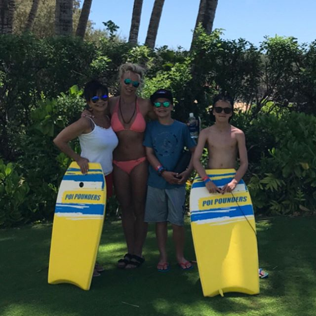 Пляжное веселье: Бритни Спирс демонстрирует идеальную фигуру в ярком бикини