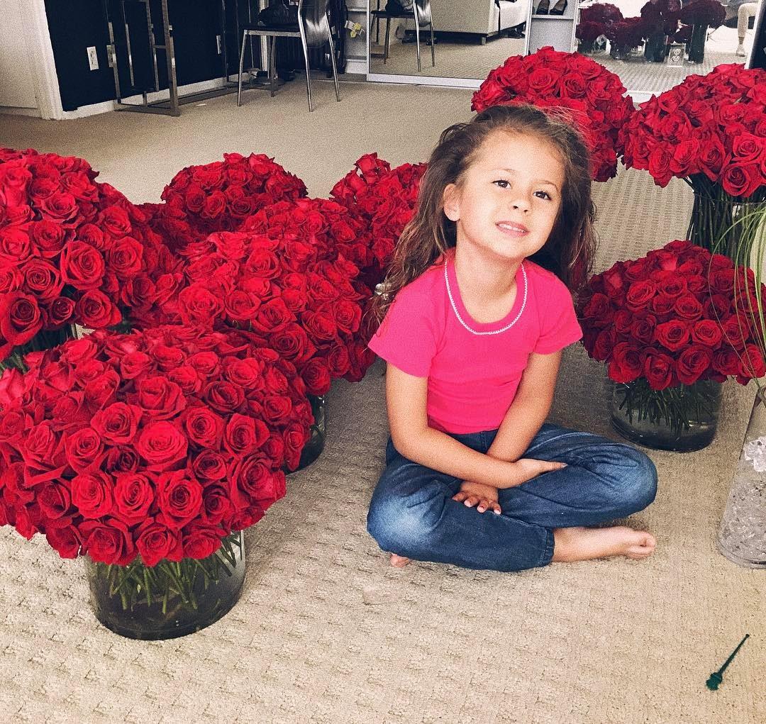 1001 роза: тайный поклонник Виктории Бони задарил ее роскошными букетами