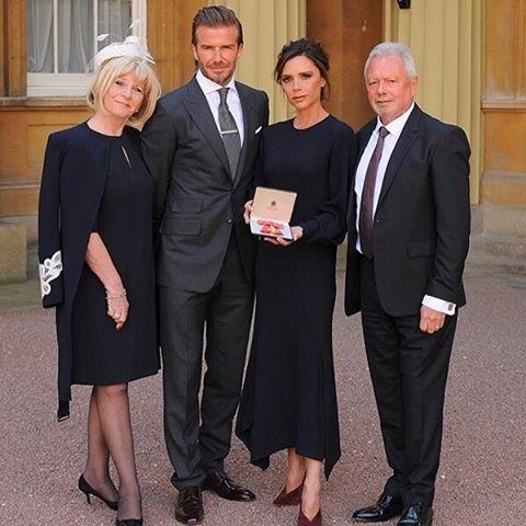 Семья в сборе: Виктория Бекхэм позирует с мужем Дэвидом и родителями