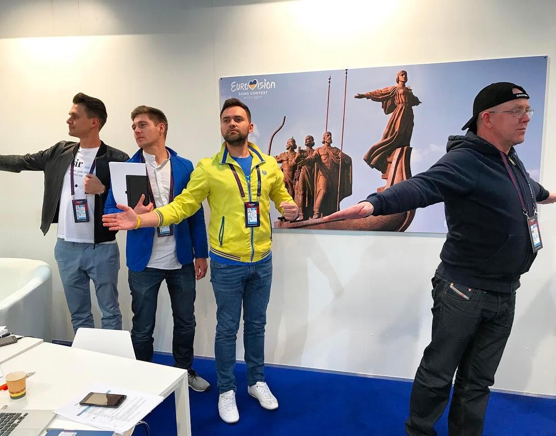 Бэкстейдж Евровидения-2017: ведущие шоу поделилась снимками с голыми торсами