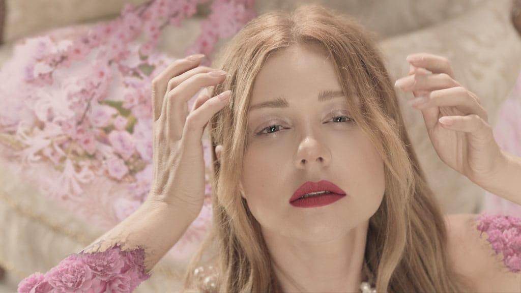 Оголенная Тина Кароль стала цветком в новом клипе