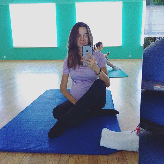 Беременная вторым ребенком жена Григория Решетника показала большой животик