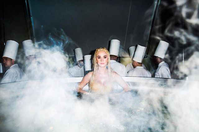 Полуголая в овощах: Кэти Перри позирует на кухне в качестве блюда