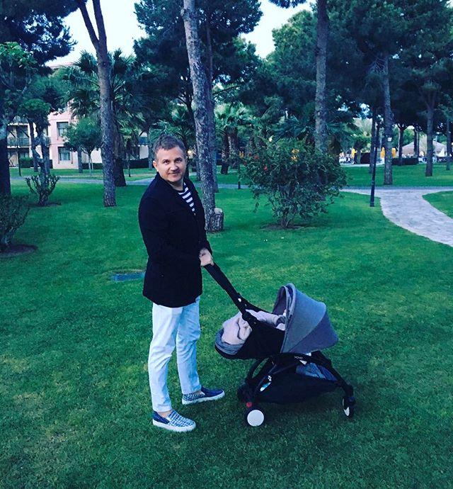 Папа на прогулке: Юрий Горбунов поделился трогательным фото с сыном