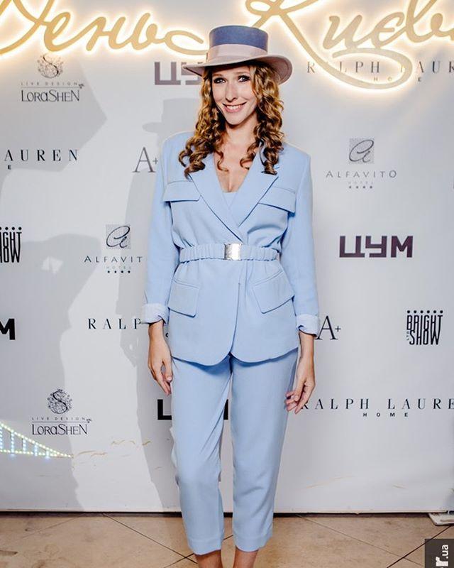 Катя Осадчая отпраздновала День Киева в стильном небесно-голубом костюме