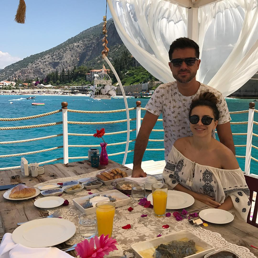 Ани Лорак позирует на отдыхе в Турции в украинской вышиванке