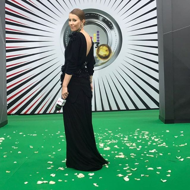 Снова беременна? Наряды Ксении Собчак на музыкальной премии подчеркнули ее округлившийся животик