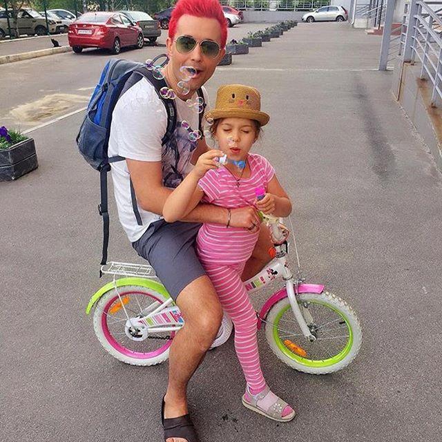 По-летнему: Сергей Бабкин перекрасил волосы в ярко-розовый цвет