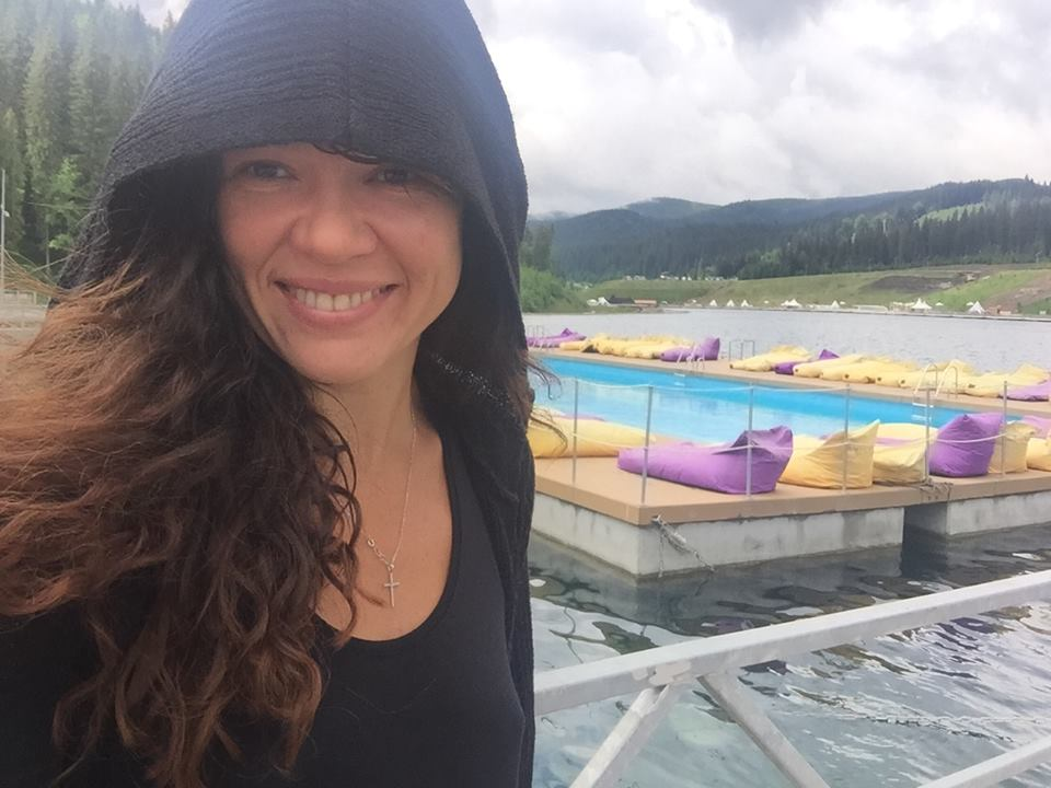 Руслана дважды переплыла горное озеро в Карпатах