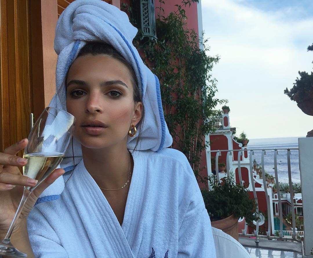 Осторожно, горячо: Эмили Ратаковски засыпала сеть пикантными снимками в бикини