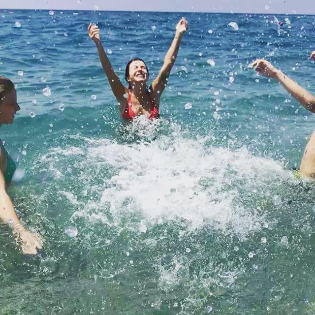 Пляжное фото Юлии Волковой в желтом бикини взорвало сеть