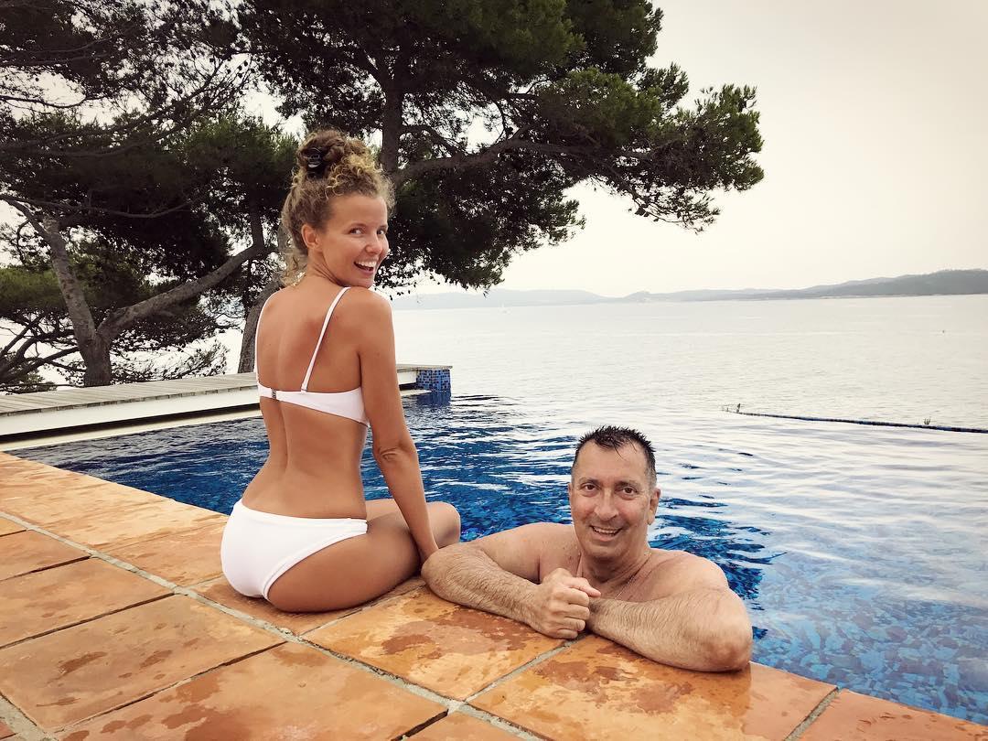 Горячее лето: Инна Цимбалюк показала осиную талию в соблазнительном купальнике