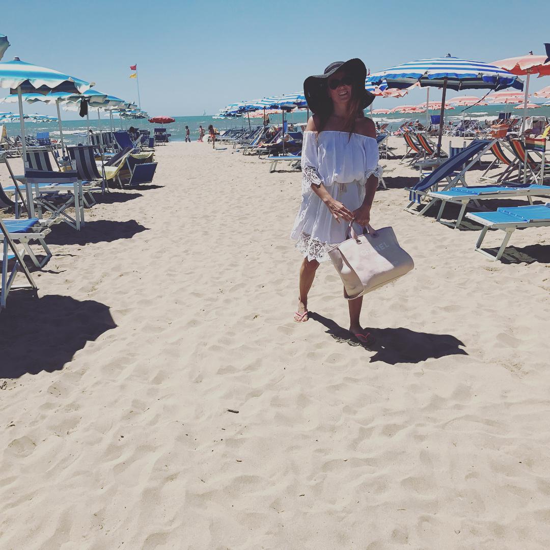 Дама с собачкой: счастливая Жанна Бадоева проводит лето в Италии