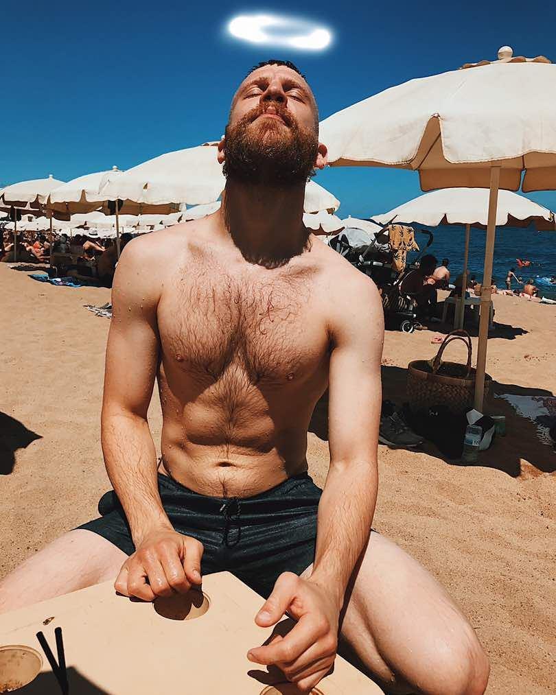 Иван Дорн показал накачанный торс на пляже
