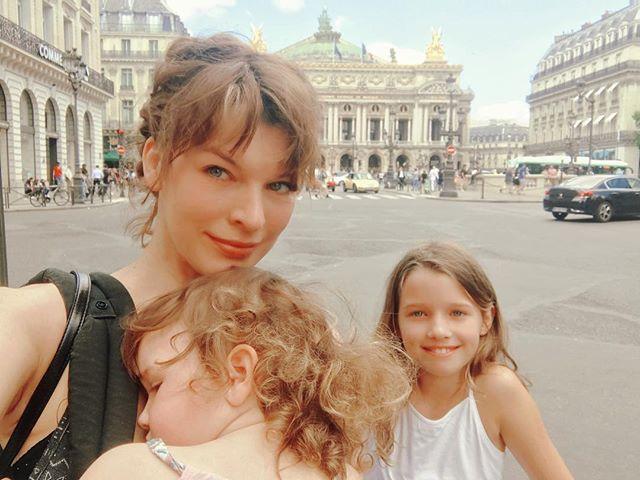 Семейное путешествие: Милла Йовович с детьми гуляет по Парижу