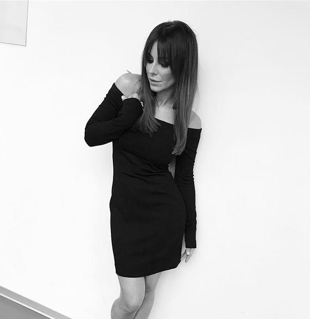 Ани Лорак демонстрирует идеальную фигуру в черном мини-платье