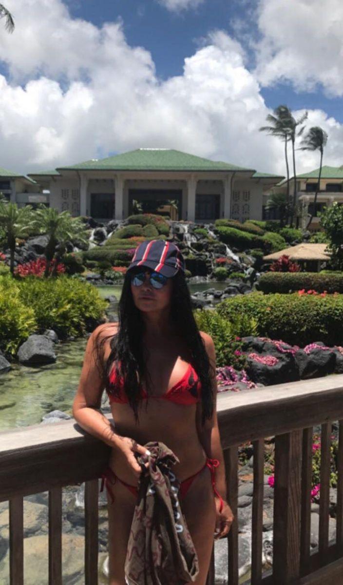 Ассия Ахат отдохнула на Гавайях и искупалась в океане с акулами
