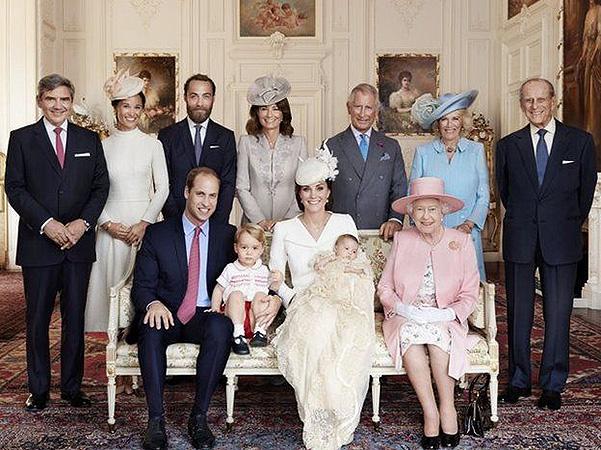 В сети появились первые официальные фото с крестин принцессы Шарлотты