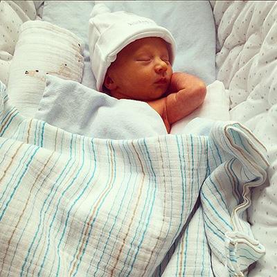 Жена Алека Болдуина показала трогательные фото новорожденного сына