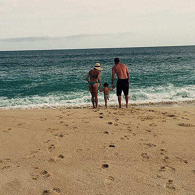 Звездные каникулы: Ченнинг Татум отдыхает с женой и дочерью на пляже