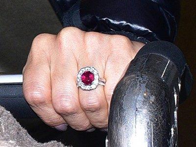 Крупным планом: Ева Лонгория показала помолвочное кольцо