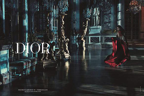 Королевская роскошь: блистательная Рианна позирует в Версале