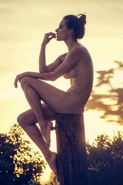 Пляжный соблазн: Алессандра Амбросио полностью разделась для новой фотосессии
