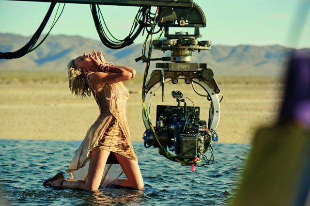 Шарлиз Терон снялась в сексуальном проекте в воде