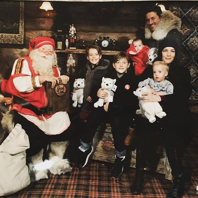 В канун Рождества: Лив Тайлер с супругом и детьми гостят у Санта-Клауса