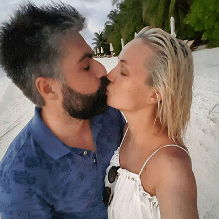 Это любовь: беременная Полина Гагарина позирует с мужем на пляже