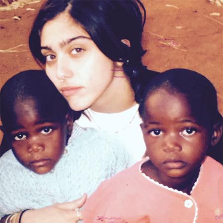 Добро пожаловать в семью: в сети появилось первое фото удочеренных Мадонной близняшек