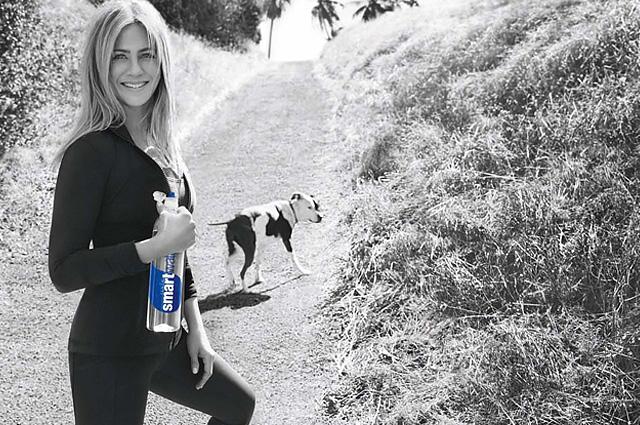 Дженнифер Энистон снялась в стильной рекламе и показала подтянутую фигуру