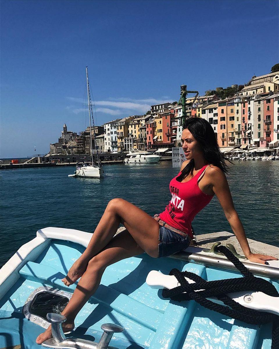 """Вика из """"Неангелов"""" восхищает стройной фигурой на отдыхе в Италии"""
