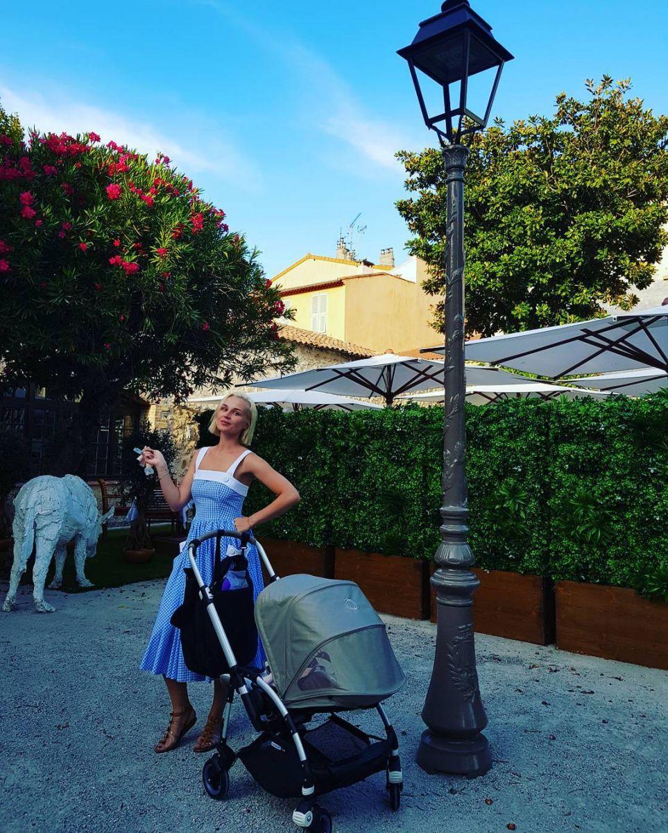 Полина Гагарина отправилась на отдых во Францию с маленькой дочерью Мией