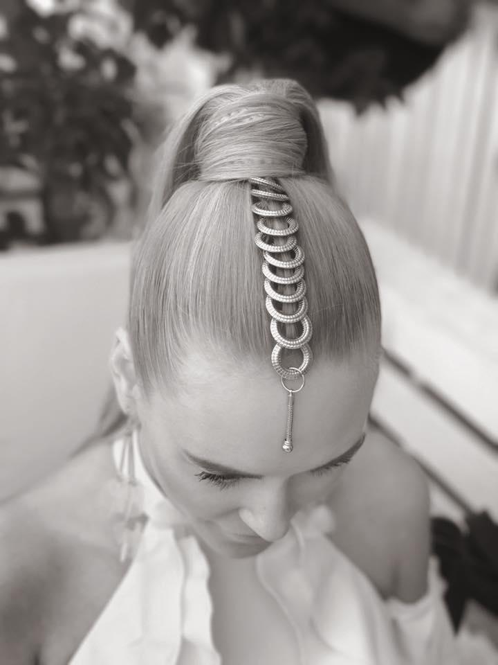 Пирсинг в волосах: солистка группы On I Ona примерила тренд осени-2017