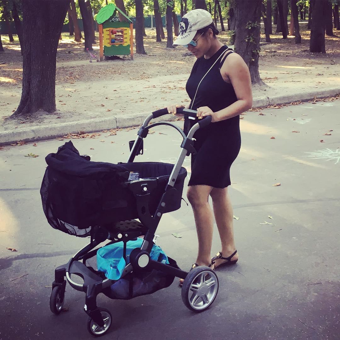 Фотофакт: Гайтана гуляет по Киеву с новорожденным ребенком