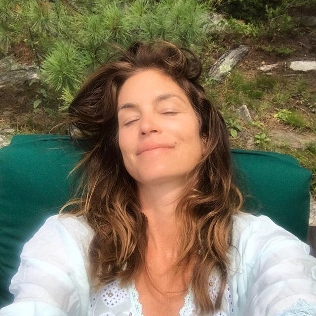 Как всегда прекрасна! 51-летняя Синди Кроуфорд позирует в мини-шортах