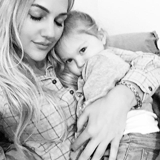 Новые фотографии звезды «Великолепного века» Мерьем Узерли и ее подросшей дочери