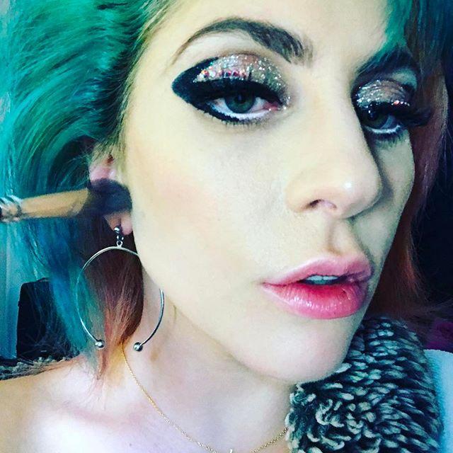 Три цвета одновременно: Леди Гага перекрасила волосы в невероятные оттенки