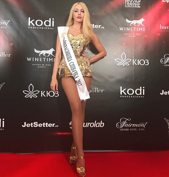 По-богатому: Оля Полякова позирует в сексуальном боди из стразов