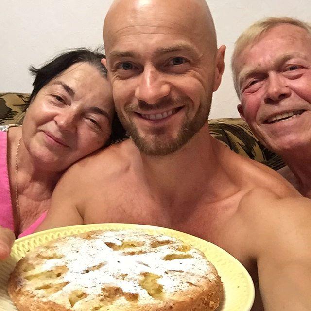 На пироги к маме: Влад Яма поделился трогательным фото с родителями