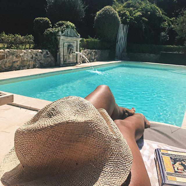 Оголенное лето: Санта Димопулос плавает в бассейне топлесс