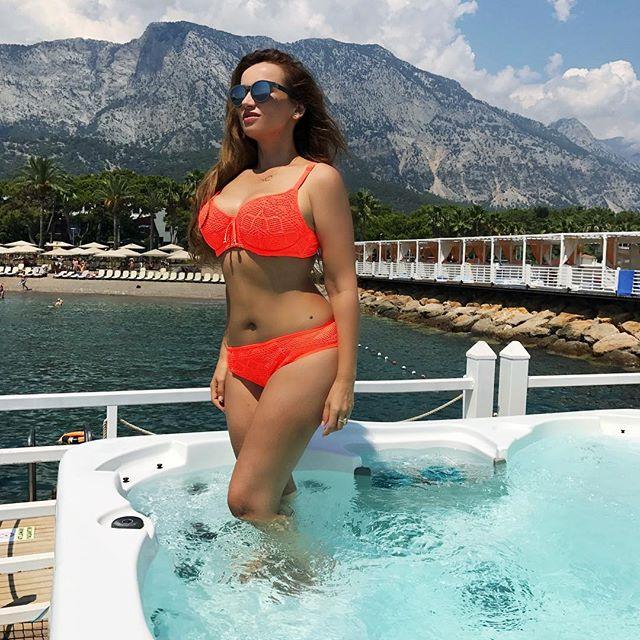 Еще стройнее: заметно похудевшая Анфиса Чехова восхищает снимками в купальниках