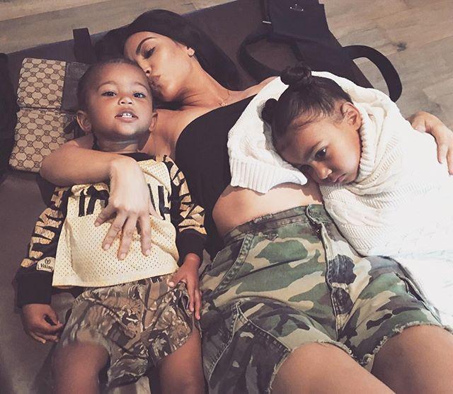 Ким Кардашьян впервые прокомментировала рождение третьего ребенка суррогатной матерью