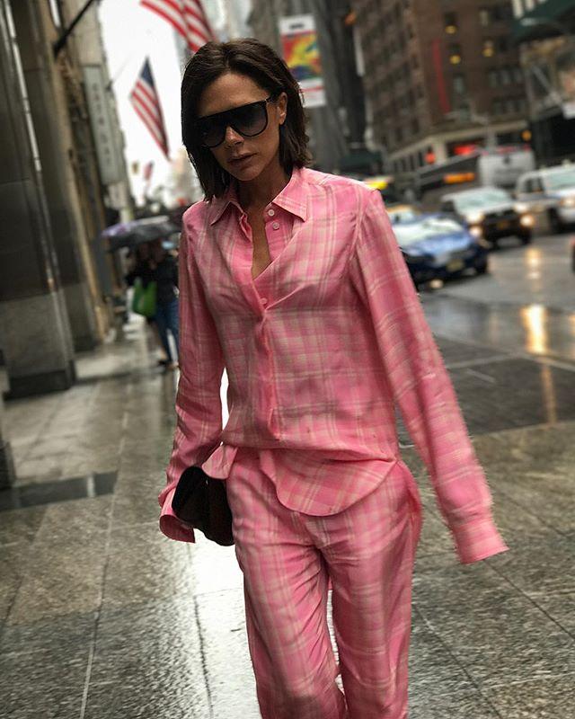 Вся в розовом: Виктория Бекхэм удивила поклонников ярким нарядом