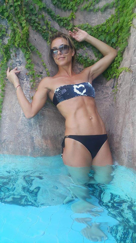 Тренер шоу Зважені та щасливі 7 Марина Узелкова позирует в бикини