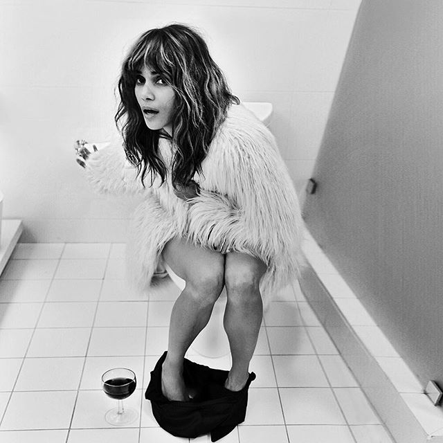 В мехах и в туалете: Холли Берри обескуражила поклонников необычным фото
